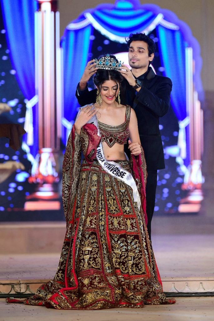 Vridhi Jain being crowned Miss Teen India Universe 2019 by the chairman of Glamanand Entertainment, Nikhil Anand.