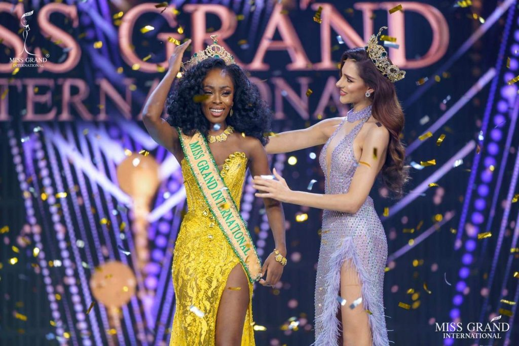 Valentina Figuera from Venezuela crowning Abena Appiah from the United States of America.